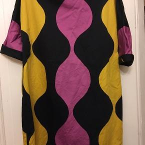 Flot a-formet kjole fra Marimekko str. xl - Længde 88cm, bryst 116cm. Pæn brugt stand.  300kr Kan hentes Kbh V eller sendes for 38kr DAO