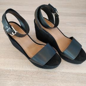 Højhælede sandaler fra Zara, brugt to gange. Er åben for bud:)