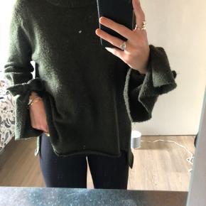 Lækker sweater med bindebånd ved ærmerne, der kan bindes eller hænge løst - som man selv ønsker 🌺