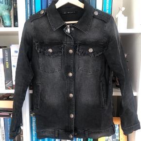 Raiine denim jakke str S  Kan afhentes i København eller sendes med DAO (på købers regning) ⭐️