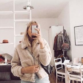 Bamse Jakke  Sælger min dejlige jakke fra Urban Outfitters som er perfekt til efteråret. Kun brugt meget få gange derfor sælger jeg den. Det er en str small, men jeg er selv en xs og den passer også fint sådan