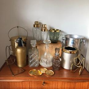 """Så for..... 🙌🙌🙌 Så er der dælme bling til barbordet 👌🏻✨✨Glaskarafler 100-250,- kr. pr. stk. Champagnespand 250,- kr. Isspand i """"guld"""" med vippefunktionen 275,- kr. Vinkøler/Isspand med """"guldkant"""" 150,- kr. Shakere med guldlåg 250-300,- kr pr stk. Coasters 4 stk. 150,- Vinholdere Pris 150-200,- kr. Isspand Pris 250,- Sifonflaske 250,- kr."""