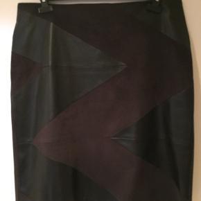 Fin nederdel af skind og ruskind.