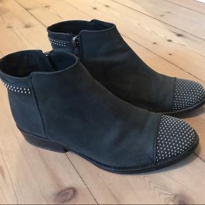 Lækre grå/sorte støvler fra pavement. Brugt få gange, da de desværre er for små til mig 😊  nypris: 1200 kr. Sælges billigt!