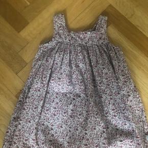 Sød kjole med blomster fra Wheat. Brugt få gange og fejler intet.   Sendes hvis køber betaler porto.