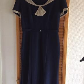 Str 14 Smuk smuk og sexede kjole. Sidde tæt og flot på krop. Lidt for stor til mig, derfor sælges den.