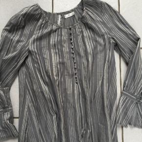 Rigtig lækker bluse i silke og bomuld, derfor meget behagelig at have på. Størrelsen passer både 36, 38 og 40, fordi den er i A-snit