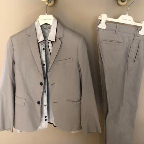 Super cool jakkesæt. Sidder bare så godt. Med fed skjorte til. Alt er fra little Marc Jacobs. Nyprisen for sættet var 2500kr. Min søn brugte det fra han var 11 til han var 13 år til særlige lejligheder.