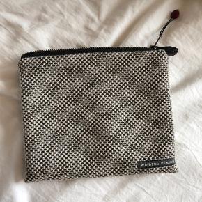 Winberg Design pung. Håndlavet. Aldrig brugt. Kan bruges som lille makeuptaske eller clutch/ pung.   Kig også gerne mine andre annoncer af tøj 💕