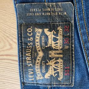 Jeg har haft foldet dem op så der er nogle mærker i bunden. Men de kan fjernes hvis bukserne stryges.
