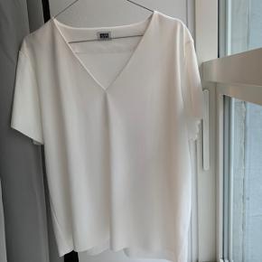 Weekday t-shirt i fint stof, som får den til at falde fint.  Aldrig brugt.