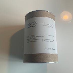 Merakis Scented Candle Sandcastles & Sunsets er et beroligende og aromatisk duftlys. Lyset er lavet på sojabønne olie og har en levetid på op til 35 timer. Lad lyset fylde dit hjem med en skøn og indbydende atmosfære Ny i æske  Sender gerne på købers regning