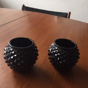 2 søde lysestager i sort.