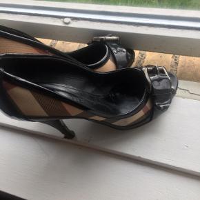 Nova check pep toe Burberry . I super stand , skal have ny hæl. Kvit. Og dustbag haves. Hæl er 10,