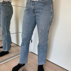 Sælger disse bukser. De er blevet syet i så de sidder til i livet og ved fødderne. Der er en mindre tydelig plet på benet, ved ikke om den kan fjernes har ikke forsøgt mig