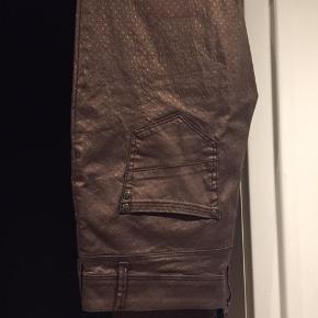 Smarte bukser fra Nü str. 42. Smart blank med tone-mønster. Aldrig brugt. Stadig med prismærke. Np. 995kr.