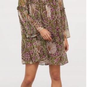 H&M x William Morris kjole med trompetærmer. Så fin. Kun brugt en gang