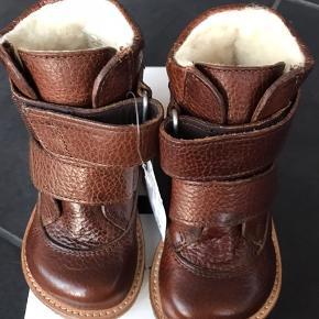 NYE ANGULUS VINTERSTØVLER:  Klassisk og enkel TEX-støvle fra Angulus i flot cognacbrun læder. Støvlen har et varmt uldfoer og lukkes med to praktiske velcroremme. Sålen er den klassiske og solide Angulus rågummisål.  Pasformen er Angulus naturform, der egner sig godt til en normal til bred fod.  Model 2134 Måler 14,6 cm  NP 950,- MP: 570,- pp  GRATIS FRAGT VED KØB FRA 1000,-