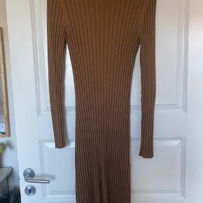 Mega lækker kjole fra Arket i viskose. Skriv for flere billeder