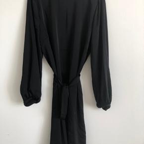 Fin kjole som aldrig er blevet brugt. Køber betaler fragten:)