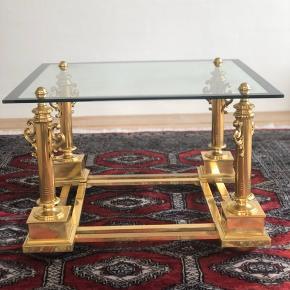 Det skønneste messingbord med afsindig flot glasplade. Uden skader og skår. Her får du et bord, som er langt fra, hvad du kan se andre steder. En klasse for sig selv. Produceret i Italien i 70'erne.  Længde 65cm Bredde 65cm Højde 42cm