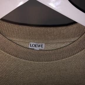 Denne loewe trøje er købt i collage the shop i Illum i købehavn Den er brugt meget få gange og har ingen tegn på brug Størrelsen passer mig selv godt og jeg er 185 cm