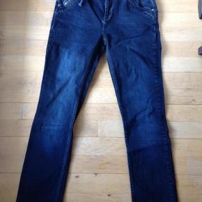 """Varetype: jeans Størrelse: 29 Farve: blå Oprindelig købspris: 799 kr. Prisen angivet er inklusiv forsendelse.  denimhunter jeans. model cape high custom. Blå. str 29"""".     98% bomuld. 2% elastan.    taljevidde 76 cm, hoftevidde 94 cm - giver sig i brug!!    længde 97 cm 1 par.    længde 99 cm 1 par.    brugt få gange, næsten som nye!    har to par, køber du begge finder vi ny pris!        bytter ikke til andre varer!!        opr. pris 799,- sælges billigt til 249,- incl porto."""