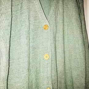 Flot pale green silke cardigan med træ knapper   80% silke 20% bomuld