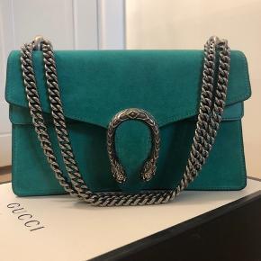 Overvejer at sælge min elskede Gucci taske, det er en limited edition og kan ikke fås mere! Den er mega unik og simpelthen ikke til at stå for:) Tasken er helt som ny, kasse og kvittering medfølger!! Ny prisen er 14.100 kr, og tasken sælges kun ved rette bud! byd gerne:))