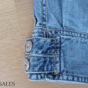 Baggy nickers/shorts med trykknapper ved bukseben, har aldrig været brugt. 100 kr + porto  Nickers, baggy shorts Farve: Lyseblå Oprindelig købspris: 250 kr.