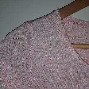 Sød løstsiddende t-shirt i rosa/koralfarvet blødt nistret stof.