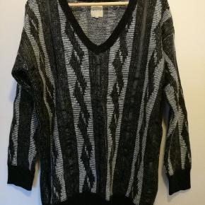 Fin sweater med læderdetaljer. Kun brugt en enkelt gang og fremstår derfor som ny. Trøjen er lidt oversize i det og kan derfor også passes af en M.