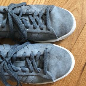 Super flotte Adidas Campus sko i en grålig blå farve. Kun brugt et par få gange. Størrelsen hedder specifikt 37 1/3.  Skriv for mere :)