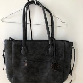 Sælger denne fine taske. Den er meget rummelig, men stadig nem at have med sig.  Der er en fejl ved den, som også var der, da jeg købte den. (Ses på sidste billede).  Aldrig brugt.  Byd gerne.