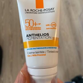 Anthelios Pigmentation - solcreme med dækkende, mørk farve. Faktor 50, UVA/UVB beskyttelse. Min mor købte den til skiferie i uge 7 og er kun brugt den ene uge