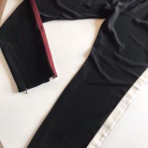 Fine bukser de er brugt men stadig flotte der er lidt fejl/hul i kanten  på kantbåndet i siderne der er ikke noget på selve se de sidste 3 billeder  Bukserne jeg tror det har været der siden jeg købte dem for man ser det ikke når de er på syntes jeg ikke  De er flotte flot i farven 😊😊😊
