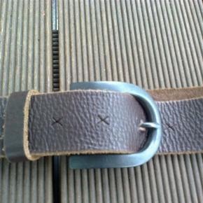 Varetype: bælte læder skind Størrelse: oz Farve: Brun  Lækkert blødt læderbælte fra Depeche med X huller.  Længde ialt inkl. spænde 106 cm.  Længde til inderste hul 72 cm. længde til yderste hul 94 cm.  Bredde 4 cm.  Aldrig brugt  Porto er sendt som forsikret pakke med Dao, med mindre andet aftales.