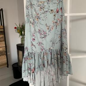 Super fin nederdel fra danske Ravn i skønneste lyseblå farve. Asymetrisk med mere længde bagtil. Super stand - brugt meget lidt.