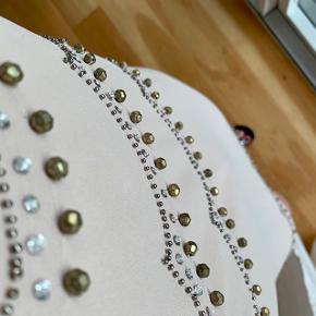 Smuk exclusive edition kjole fra H&M med perle-detaljer.
