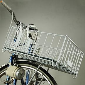Perfekt julegave til ham eller hende🚲❤️ ⚜️ Hvid cykelkurv fra MAIK     ⚜️ Passer på de fleste cykler    ⚜️ Kvalitets design   ⚜️ NP kurv 600kr + net 100kr = i alt 700kr   Jeg sælger denne super lækre og holdbare cykelkurv fra MAIK. Modellen Bar20L monteres på styret og narvet og rummer 20 liter. Vejer 1,3 kg.   Medfølger: kurv, justerbare beslag, rustfri bolter og møtrikker, blød bundmåtte i sort TPE skum og pink net der holder varerne på plads.