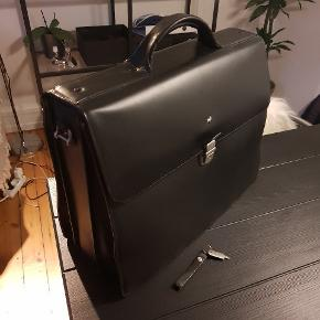 Lædertaske til mænd sælges.Mandarina Duck Alphaduck briefcase 40x33x17.5 nøgle medfølger Pæn stand med enkelte brugsspor. Har kostet 2200 kr for ny