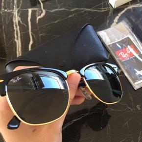 Originale ray ban solbriller i modellen 'clubmaster'. Købt i 2015 og brugt meget lidt, så har derfor ingen ridser eller tegn på slid. originalt etui og ubrugt original pudseklud medfølger, dog har etuiet desværre fået en lille smule makeup på sig som kan ses på sidste billede.  original pris: 1300kr