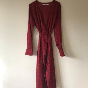 Smuk Gestuz kjole i rød med bindebånd  Kjolen er aldrig brugt