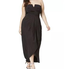 City chic stropløs sommer kjole (stropper medfølger). Super sød og let sommerkjole. Stivere samt silikone bånd i toppen. Kjolen har et underskørte. Uk size 20.