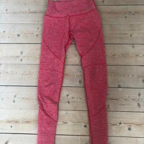 Et par af de første Alphalete leggings i pink. En smule forvasket, men stadig super skønt i materialet.