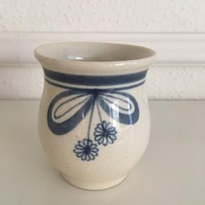 Sød lille vase i keramik sælges☘️ Højde 9 cm og diameter 8 cm. 🌸  Pris 40 kr.☘️