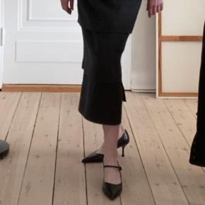 Super midi nederdel med 4 etager og slids bag Kvaliteten er helt i top Størrelse: M-L: Talje 41, hofter 53 Kun brugt få gange Ingen brugstegn
