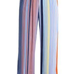 Virkelig flotte bukser fra Karen  by Simonsen. De er aldrig brugt og der er stadig mærke i.