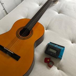 Lækker guitar af mærket Lönqvist, model no. CG-6.  Den er brugt meget få gange, men står som ny. Tuner og etui til guitar (kan tages på ryggen) følger med.  Byd!