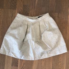 Fejler intet. Nederdel med smukt mønster i str. 34/XS. Spændes med lynlås bagpå.
